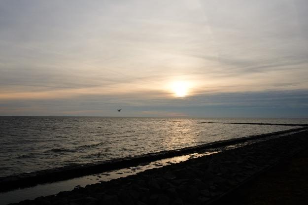 Die Sonnenuntergänge sind nicht besonders farbenprächtig in diesen Tagen zwischen  dem alten und dem neuen Jahr. Der Himmel spielt jedoch mit Linien und Formen.  Wir Erwachsenen spielen am Silvesterabend mit den  kleinen Besuchskindern Würfeln.
