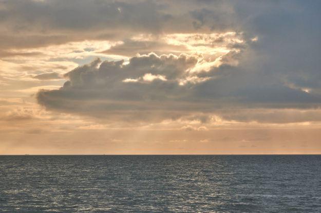 Die Abendsonne leuchtet eine Wahrheit in den stillen Himmel über dem stillen Meer zwischen Dir und mir.
